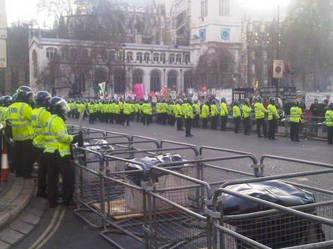 Londra migliaia di studenti in piazza assediato il for Diretta parlamento oggi
