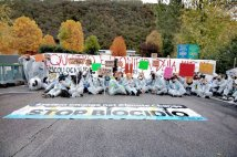 Vicenza (Italy) - Climate Defense Units blocked Miteni factory. Riot squad's intervention to take away activists.