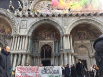 «Erdogan not Welcome!». Occupied the roof of Saint Mark Cathedral in Venice